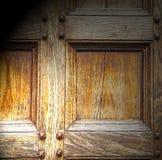 abstrakt textur av en brun antik trägammal dörr i Italien e Arkivfoto