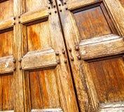 abstrakt textur av en brun antik trägammal dörr i Italien e Royaltyfri Fotografi