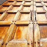 abstrakt textur av en brun antik trägammal dörr i Italien e Royaltyfria Bilder