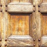 abstrakt textur av en brun antik trägammal dörr i Italien e Arkivbilder