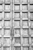 abstrakt textur av en brun antik trägammal dörr i Italien eur Arkivfoto