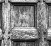 abstrakt textur av en brun antik trägammal dörr i Italien eur Arkivbild