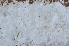 Abstrakt textur av ett gammalt rostigt metallark med vit målarfärg Royaltyfria Bilder