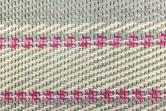 Abstrakt textur av grått bomullstyg med karmosinröda och vita linjer Bakgrund för naturligt tyg Royaltyfria Bilder