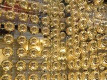 Abstrakt textur av guld- metallbollar Arkivfoton