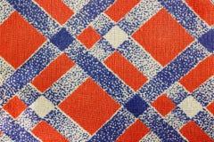 Abstrakt textur av rött bomullstyg med diagonala blålinjen Bakgrund för naturligt tyg Arkivfoton