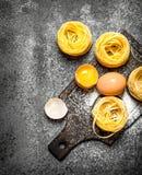 abstrakt textur för bakgrundsmatpasta Laga mat hemlagad pasta med ägget och mjöl Arkivfoto