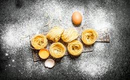 abstrakt textur för bakgrundsmatpasta Laga mat hemlagad pasta med ägget och mjöl Royaltyfri Foto