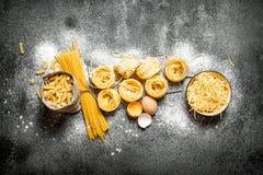 abstrakt textur för bakgrundsmatpasta Laga mat olika typer av pasta Fotografering för Bildbyråer