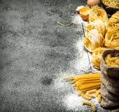 abstrakt textur för bakgrundsmatpasta Laga mat olika typer av pasta Arkivfoton