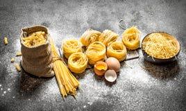 abstrakt textur för bakgrundsmatpasta Laga mat olika typer av pasta Royaltyfri Bild