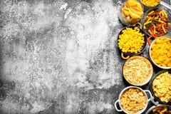abstrakt textur för bakgrundsmatpasta Många olik pasta i bunkar Arkivbilder