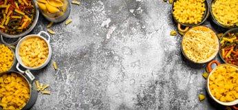 abstrakt textur för bakgrundsmatpasta Många olik pasta i bunkar Arkivfoto