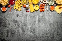 abstrakt textur för bakgrundsmatpasta Olik pasta med kryddor och grönsaker Royaltyfri Bild