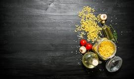 abstrakt textur för bakgrundsmatpasta Pasta i en krus med olivolja, tomater och champinjoner Royaltyfria Foton