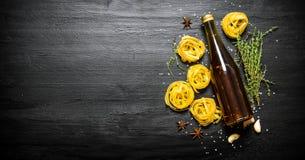 abstrakt textur för bakgrundsmatpasta Pasta med olivolja och örter Royaltyfri Fotografi