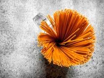 abstrakt textur för bakgrundsmatpasta Spagetti i en bunke Royaltyfri Foto