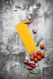 abstrakt textur för bakgrundsmatpasta Spagetti med tomater, rosmarin och vitlök Royaltyfri Foto