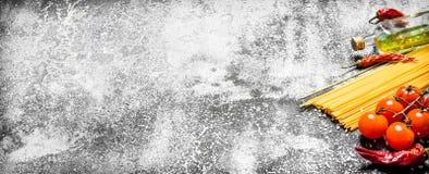 abstrakt textur för bakgrundsmatpasta Spagetti med tomater, rosmarin och vitlök Arkivbilder