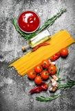 abstrakt textur för bakgrundsmatpasta Spagetti med tomatsås, kryddor och olivolja Royaltyfri Bild