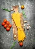 abstrakt textur för bakgrundsmatpasta Spagetti med vitlök och tomater Royaltyfri Foto