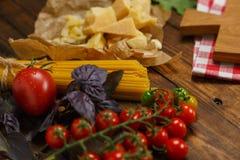 abstrakt textur för bakgrundsmatpasta Torr spagetti med grönsaker och örter på en w Royaltyfri Foto