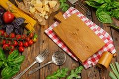 abstrakt textur för bakgrundsmatpasta Torr spagetti med grönsaker och örter på en w Arkivbilder