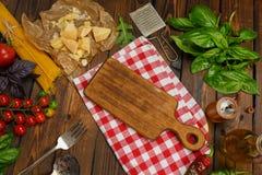 abstrakt textur för bakgrundsmatpasta Torr spagetti med grönsaker och örter på en w Royaltyfria Bilder