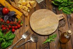 abstrakt textur för bakgrundsmatpasta Torr spagetti med grönsaker och örter på en w Arkivfoto