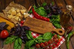 abstrakt textur för bakgrundsmatpasta Torr spagetti med grönsaker och örter på en w Arkivbild