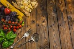 abstrakt textur för bakgrundsmatpasta Torr spagetti med grönsaker och örter på en w Royaltyfri Bild
