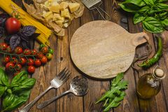 abstrakt textur för bakgrundsmatpasta Torr spagetti med grönsaker och örter på en w Arkivfoton