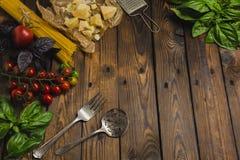 abstrakt textur för bakgrundsmatpasta Torr spagetti med grönsaker och örter på en w Royaltyfria Foton