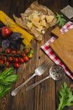 abstrakt textur för bakgrundsmatpasta Torr spagetti med grönsaker och örter på en w Royaltyfri Fotografi