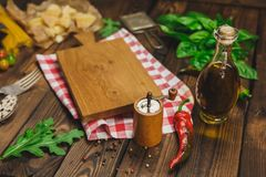 abstrakt textur för bakgrundsmatpasta Torr spagetti med ost, grönsaker och örter på en trätabell Arkivbild