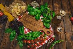 abstrakt textur för bakgrundsmatpasta Torr spagetti med ost, grönsaker och örter på en trätabell Arkivfoton