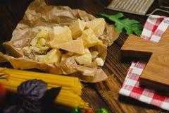 abstrakt textur för bakgrundsmatpasta Torr spagetti med ost, grönsaker och örter på en trätabell Royaltyfri Bild