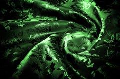 abstrakt textur för tyg för bakgrundsclosedesign upp rengöringsduk grönt silkeslent tyg med en modell av blommor PR Royaltyfri Bild