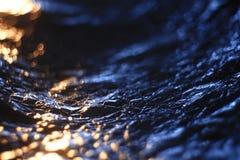 Abstrakt textur, simulering av vatten på solnedgångblått Arkivfoton