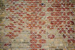 Abstrakt texturbakgrund av den gamla triangeltegelstenväggen Royaltyfri Foto