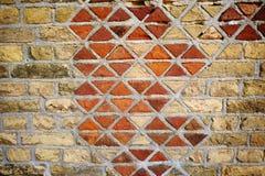 Abstrakt texturbakgrund av den gamla triangeltegelstenväggen Arkivbild