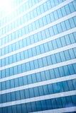 Abstrakt texturbakgrund med reflekterat i yttersidan av fönster av kontorsbyggnad Royaltyfria Foton