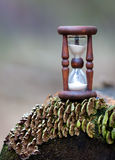 Abstrakt timglas på träjournal Arkivfoto