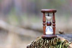 Abstrakt timglas på träjournalyttersida Royaltyfri Foto