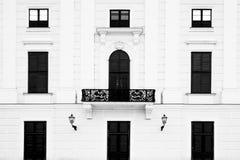 Abstrakt tom betongväggyttersida med gamla svarta trädörrar och fönster Texturfors Royaltyfria Bilder