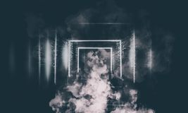 Abstrakt tom gammal tunnel, korridor, båge, mörkt rum, neonbelysning, tjock rök, smog royaltyfria foton