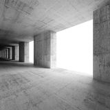 Abstrakt tom inre med konkreta kolonner och fönster Arkivfoton