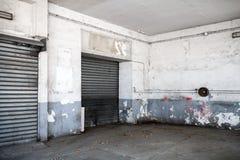 Abstrakt tom vit inre av det gamla garaget Fotografering för Bildbyråer