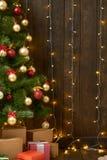 Abstrakt träbakgrund med julträdet och ljus, den klassiska mörka inre bakgrunden, kopieringsutrymme för text, vinterferie lurar arkivbild