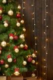 Abstrakt träbakgrund med julträdet och ljus, den klassiska mörka inre bakgrunden, kopieringsutrymme för text, vinterferie lurar royaltyfria foton